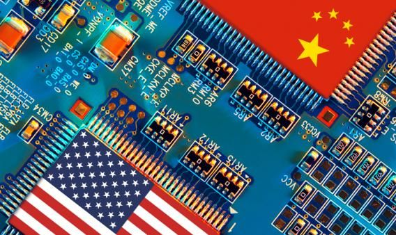 Chip con las banderas de Estados Unidos y China