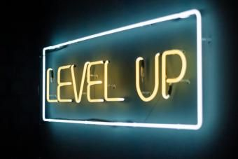 "Cartel luminoso de neón con el texto ""Level up"""