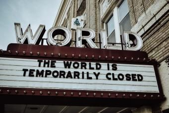 "Marquesina de un cine con el texto ""The world is temporarily closed"""