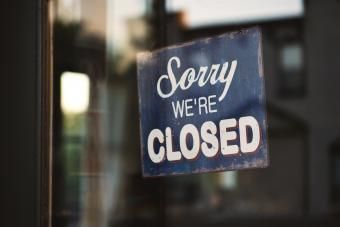 "Cartel de comercio cerrado ""Sorry we're closed"""